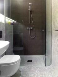 Ducha con encuentro de paramentos en media caña. Diseño interior de mini-apartamento en Madrid