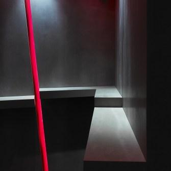 Detalles e iluminación en asientos corridos. La Fragua de Vulcano Lounge & Bar