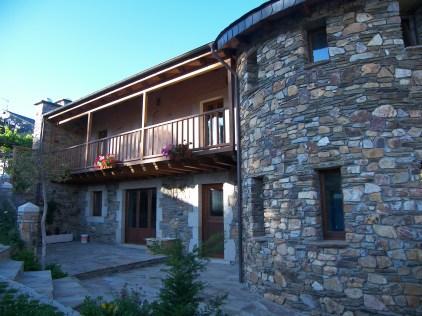 Balconada y torreón en casa de piedra