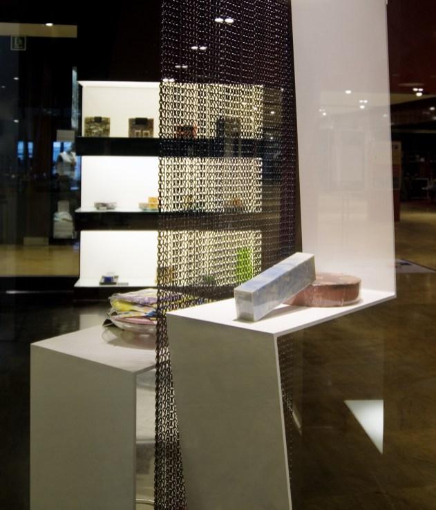 Jabones de formas y colores singulares expuestos en escaparate