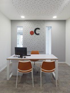 Mobiliario despacho prescrito en el manual de interiorismo para franquiciados