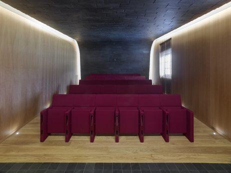 Sala de Proyecciones con techo y paramento en Cupaclad en el Showroom experiencial de Cupa Pizarras en Galicia