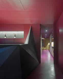 Lounge y entrada a baño y vestuario en Showroom experiencial de Cupa Pizarras en Galicia