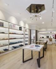 Vista lateral y detalle de lámpara central en diseño interior de tienda de moda de mujer Jonathans