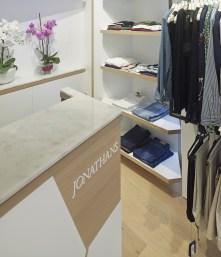 Mostrador de venta. Detalle sobre en mármol y logotipo en relieve en diseño interior de tienda de moda de mujer Jonathans