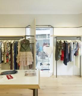 Exposición-cuelgue. Detalle acceso (abierto) a escaparates en diseño interior de tienda de moda de mujer Jonathans