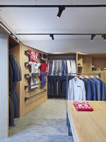 Portón tras escaparate (cerrado) en tienda de moda hombre Madrás en Viveiro-Lugo
