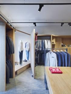 Portón tras escaparate (abierto) en tienda de moda hombre Madrás en Viveiro-Lugo