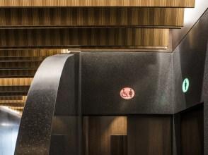Detalle entrada baños en Diseño de showroom de cocinas para Grupo Ramón García