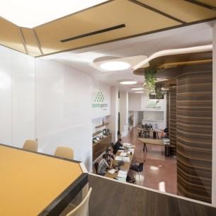 Sala de reuniones con vistas a contract en Diseño de showroom de cocinas para Grupo Ramón García