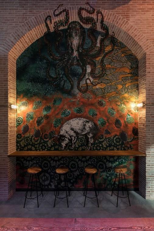 Grafiti del artista Sebla en restaurante Pracer. Cerdos y Pulpos, tierra y mar.