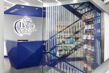 Escalera de acceso y recepción - Interiorismo estratégico clínica Naturvitia (Elche)