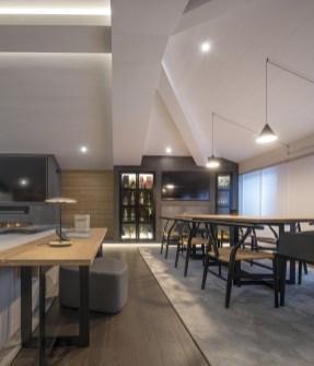 Mesa de comedor y mesa de trabajo a medida, así como mueble TV. Diseño y equipamiento vivienda en la costa.
