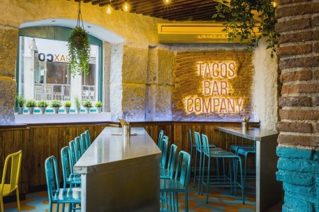 Mesas altas de sala en Diseño restaurante mexicano Tabaxco en Madrid