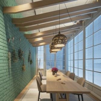 Sillas de Vitra, mesa Heerenhuis y lámparas Sempre en sala de reuniones -INteriorismo EStratégico en Galicia - Showroom mobiliario Sutega