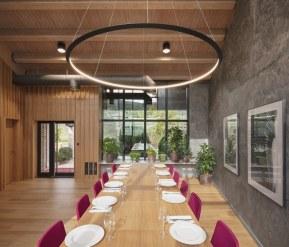 Vista frontal mesa de roble en Interiorismo Estratégico en comedor para clientes de CUPA Pizarras