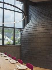 Curvas en colocación de pizarra natural en Interiorismo Estratégico en comedor para clientes de CUPA Pizarras