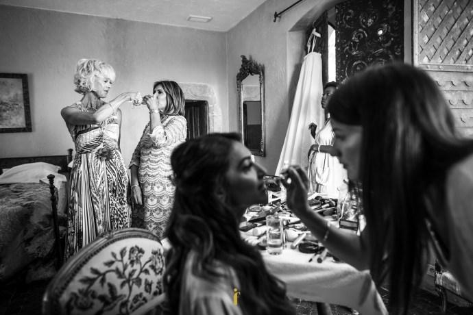 les mamans des mariés échangent un verre de champagne