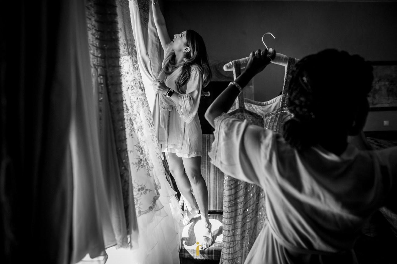 une témoin prend sa robe