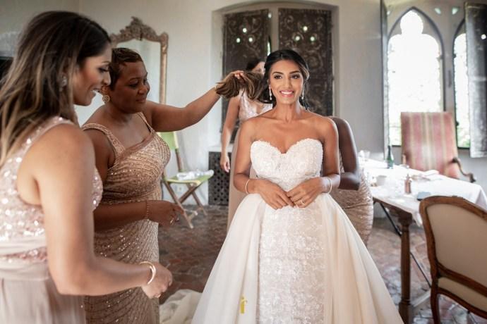 la mariée heureuse dans sa robe