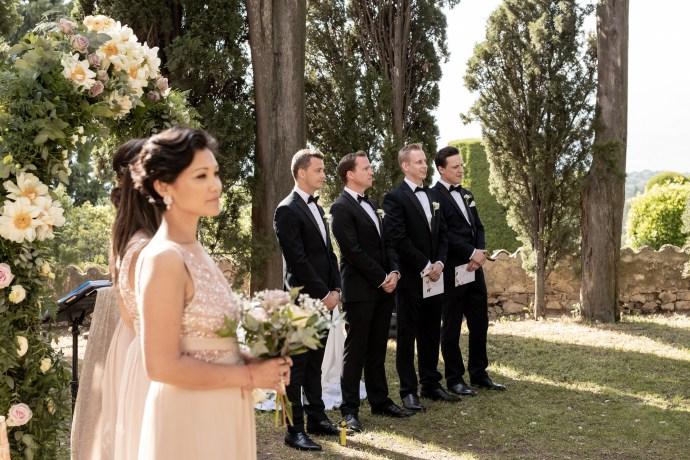 les témoins attendent les mariés