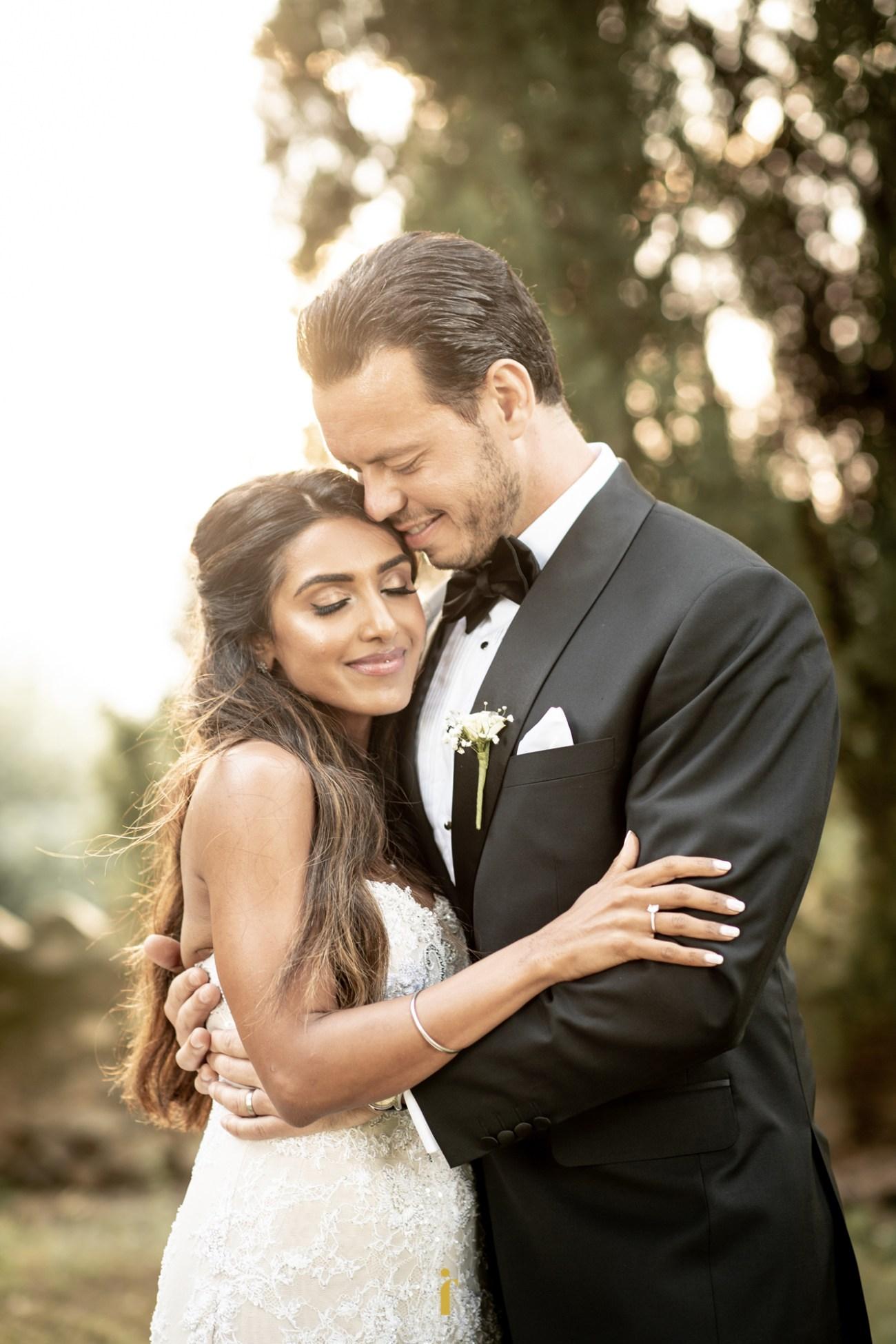 le marié prend la mariée dans ses bras