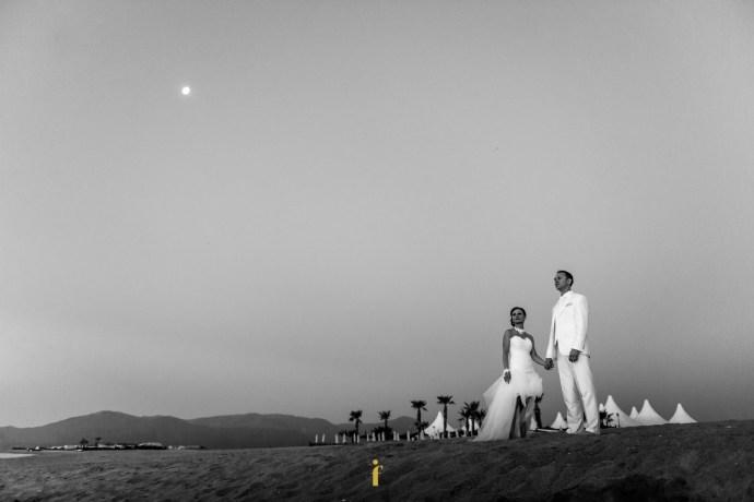 les mariés regardent le soleil se lever