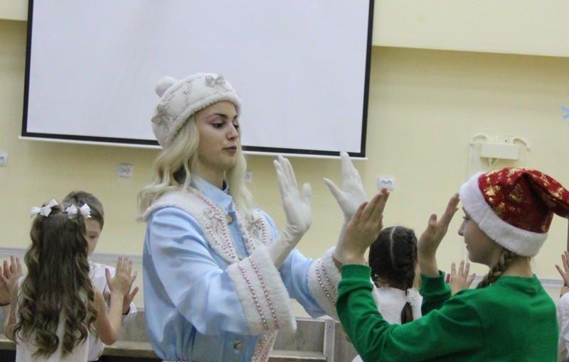 Дед Мороз и Снегурочка поздравили учащихся ивангородской школы №1 (фото)