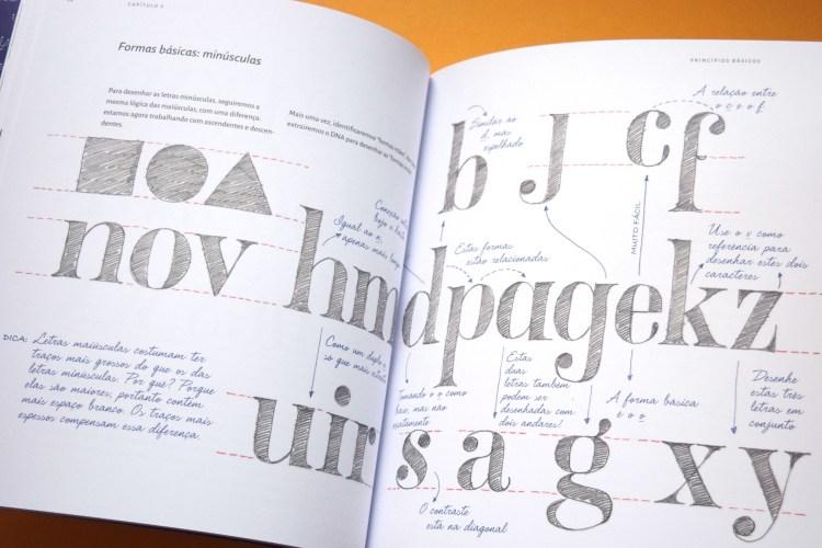 Livro aberto em página com letras desenhadas à mão