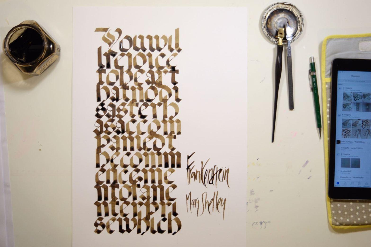 Trabalho de caligrafia em letras góticas fotografado com materiais de caligrafia
