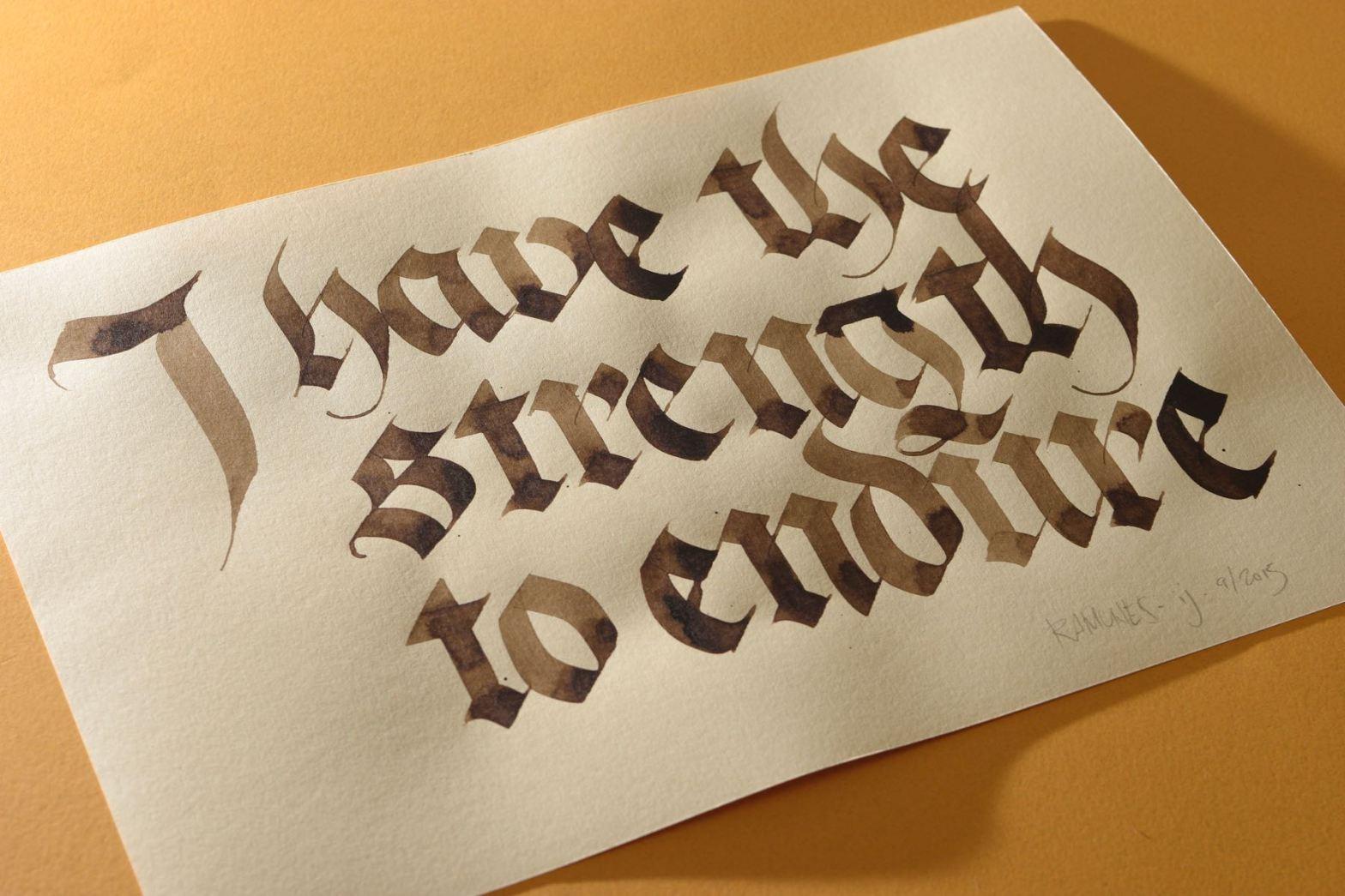 """Caligrafia onde se lê """"I ha the strength to endure"""" em papel creme sobre fundo amarelo"""