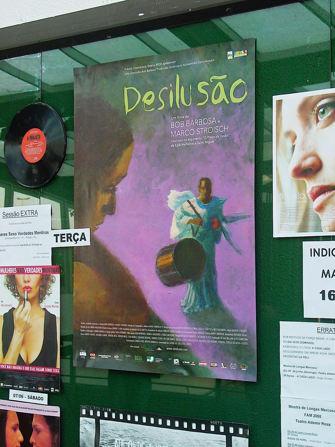 Cartaz do filme desilusão fixado ao lado de outros