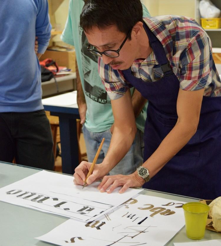 Ministrante Ivan Jerônimo demonstra caligrafia durante oficina