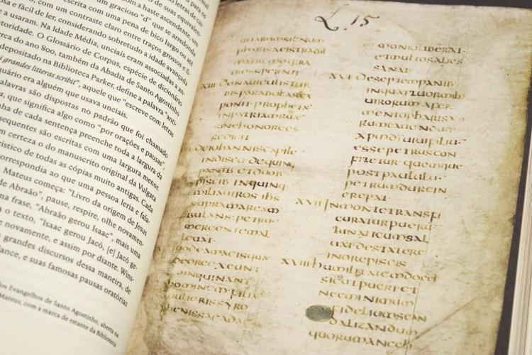 Página do livro mostrando reprodução de antigo manuscrito