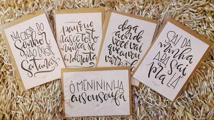 Cartões com trechos de letras de música de axé e pagode escritos em lettering