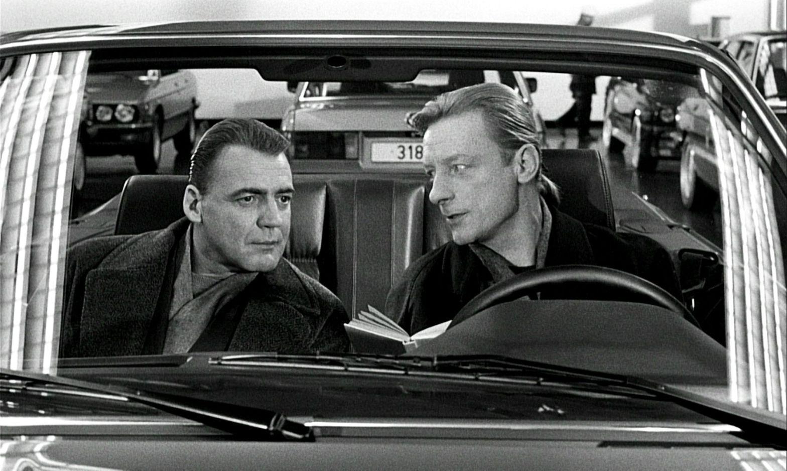 Cena do filme com os personagens dentro de um carro conversível