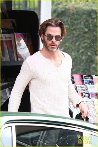 chris-pine-flips-off-the-paparazzi-after-his-newsstand-stop-02