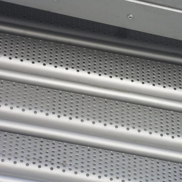 cortina enrollable elctrica en fleje micro perforado