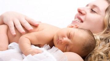 Οι γυναίκες άνω των 40 γεννούν περισσότερα μωρά από εκείνες κάτω των 20 στη Βρετανία