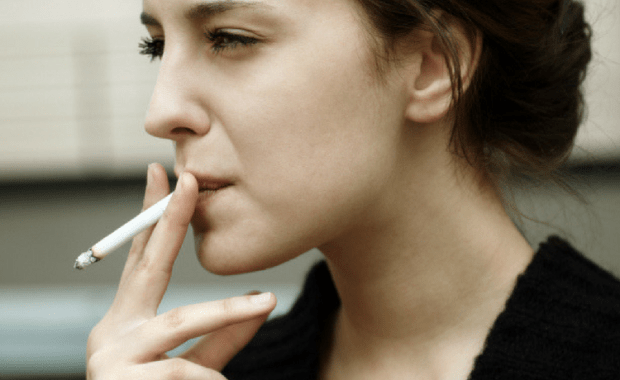 Οι Ελληνίδες στην τρίτη θέση της λίστας με τις γυναίκες που καπνίζουν περισσότερο