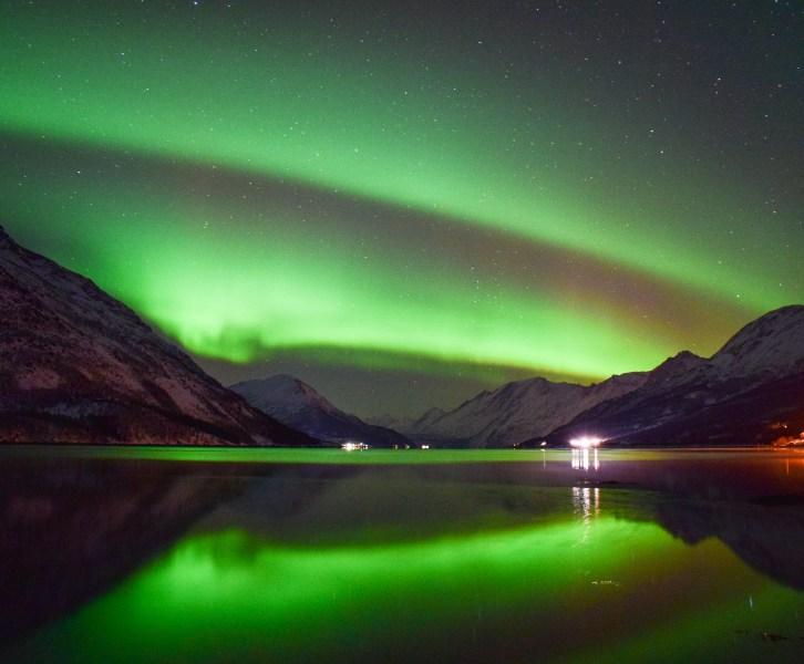 aurora boreale riflessa sul lago a Tromsø
