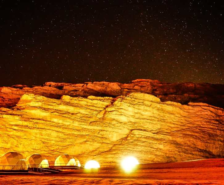 notte stellata nel deserto del wadi rum in giordania