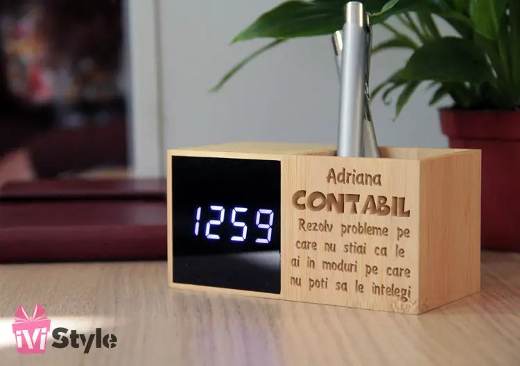 Ceas LED de Birou cu Suport de Pixuri din Bambus Personalizat