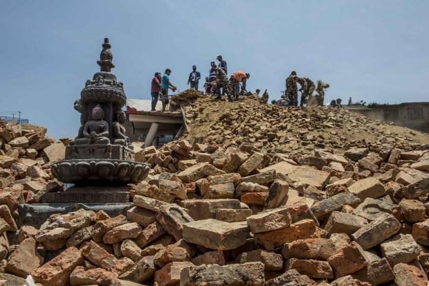 50512024. Nepal.- Militares y habitantes de Lalitpur, una antigua ciudad adyacente a Katmandú, capital de Nepa, remueven ecombros luego del del nuevo sismo de 7.3 grados de magnitud en la escala Richter que sacudió hoy el centro de Nepal. El Ministerio nepalés del Interior confirmó que al menos 36 personas murieron y otras mil 129 resultaron heridas a consecuencia del sismo de hoy. NOTIMEX/FOTO/ XINHUA / LUI SIU WAI/COR/DIS/
