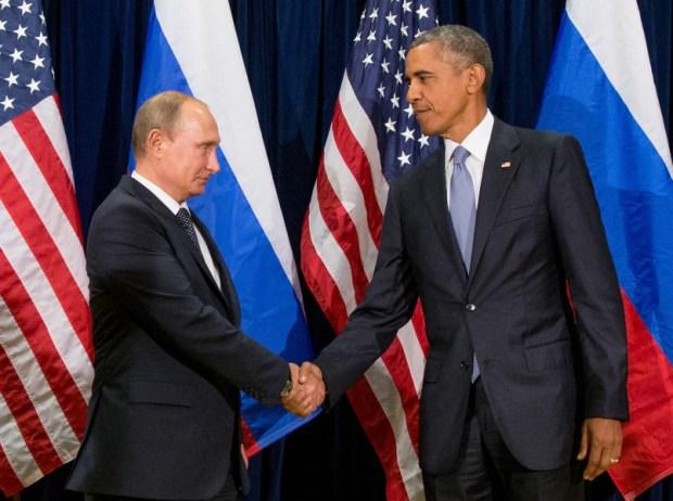 El presidente de Estados Unidos, Barack Obama, y el de Rusia, Vladimir Putin, posan para los medios antes de una reunión bilateral, el lunes 28 de septiembre de 2015 en la sede de Naciones Unidas. (AP Foto/Andrew Harnik)