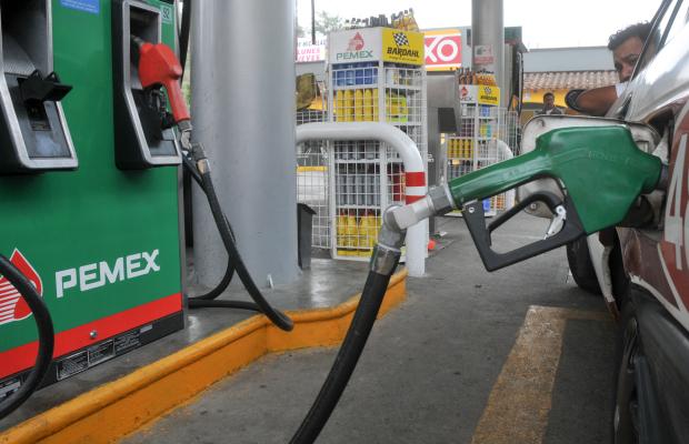 Xalapa, Ver.- Aumento gasolina.Aplican este sábado décimo aumento a la gasolina; La gasolina Magna se venderá en 10.63 pesos por litro. Foto: Miguel Ángel Carmona/FOTOVER.