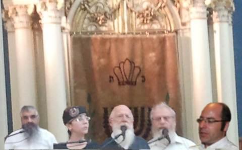 """הדוברים בכנס, על רקע ארון הקודש העתיק שהובא להיכל שלמה מבית-כנסת הרמח""""ל באיטליה"""