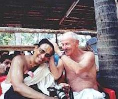 פריץ סטאל (מימין) מברך אחד מידידיו בברכת כהנים ברהמינים