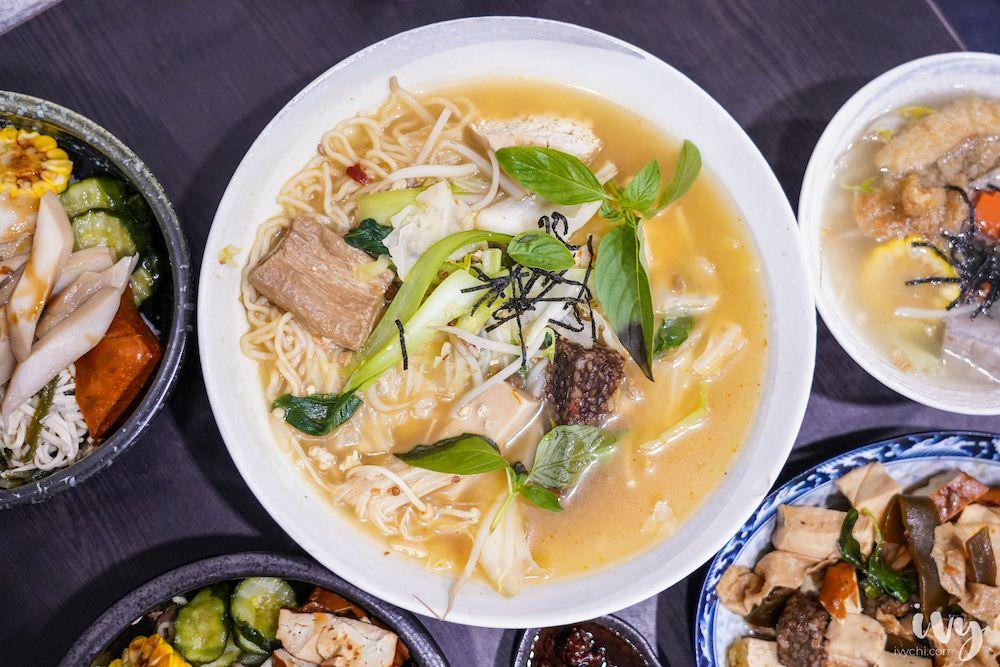寒山居蔬食 |台中北區永興街素食,料多澎湃的八寶臭豆腐麵,老饕必加特製辣椒醬,喜歡還可罐裝買回家~