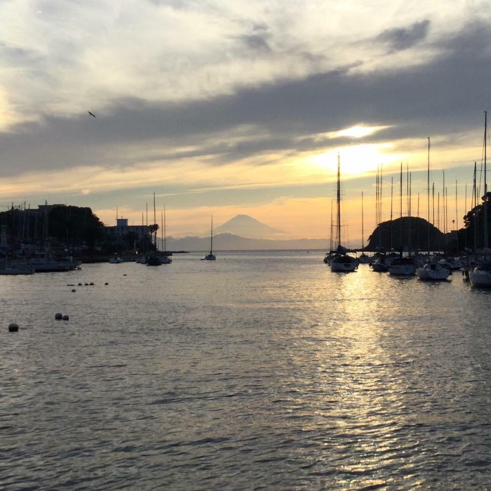 油壷のヨットハーバーと夕日の富士山